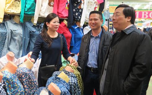 Đại sứ Nguyễn Thanh Sơn trao đổi với bà con kinh doanh tại TTTMại Moscow