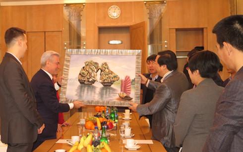 Đại sứ Nguyễn Thanh Sơn tặng ông TGĐ bức tranh phong cảnh Hạ Long của VN
