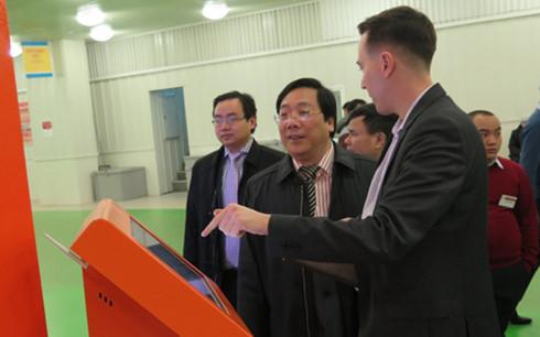 Cán bộ của TTTMại giới thiệu với Đại sứ Nguyễn Thanh Sơn về hệ thống thông tin hiện đại phục vụ khách hàng tới mua sắm tại Trung tâm