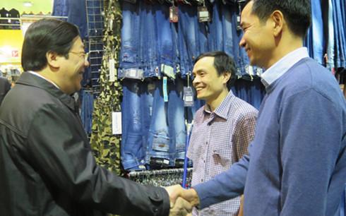 Đại sứ Nguyễn Thanh Sơn thăm hỏi bà con tại điểm kinh doanh trong TTTMại Moscow